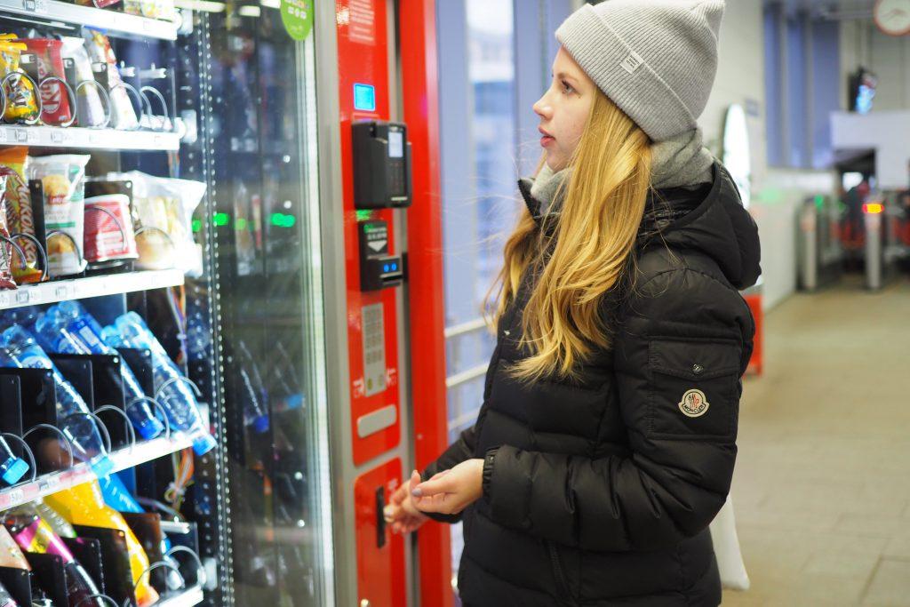 Станции МЦК получили 47 аппаратов с напитками, сладостями и масками