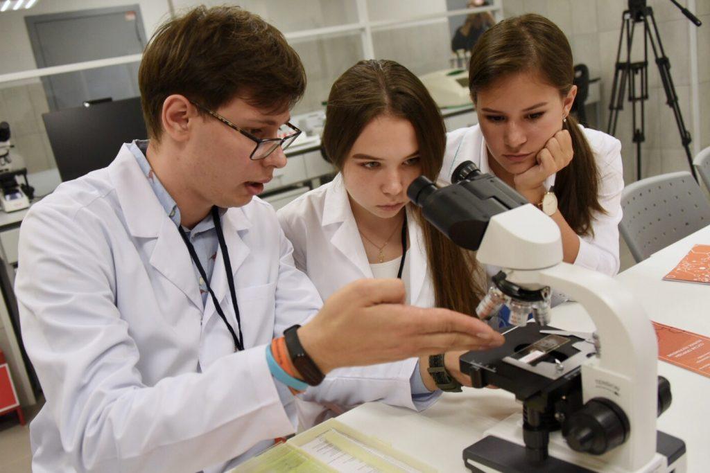 Познавательную программу организуют сотрудники детских технопарков в Москве