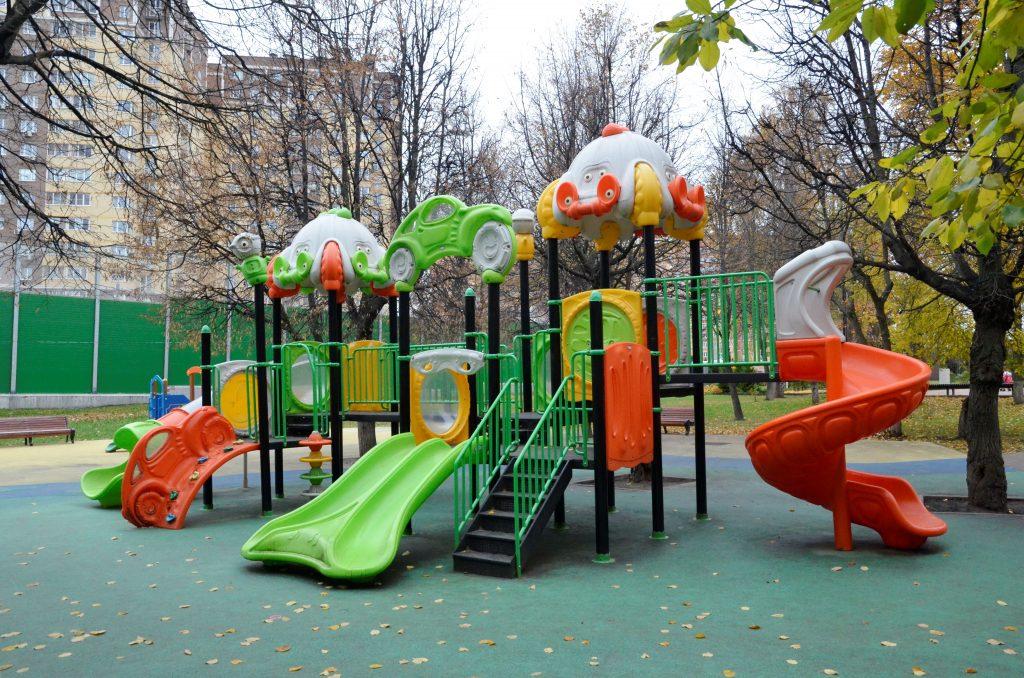 Горку и качели обновят на детской площадке в Красносельском районе