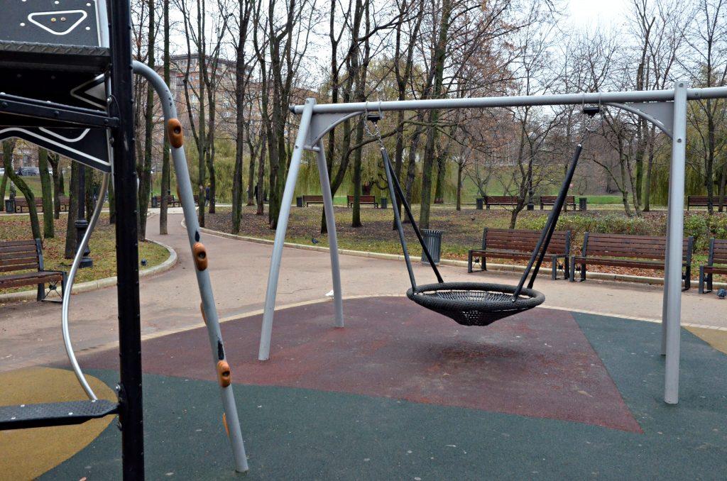 Резиновое покрытие заменят на детской площадке по одному из адресов в Пресненском районе