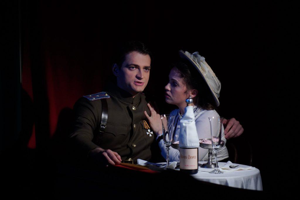 Фотофакт: актеры Герман Андреев и Екатерина Черевко сыграли в премьере спектакля «У премьер-министра мало друзей»