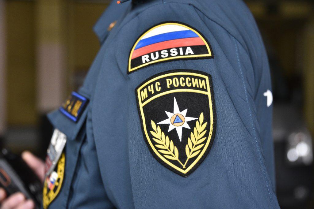 Спасатели начали доставать упавший в Москву-реку автомобиль