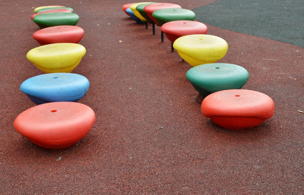 Горки и качели установили на детских площадках в Пресненском районе