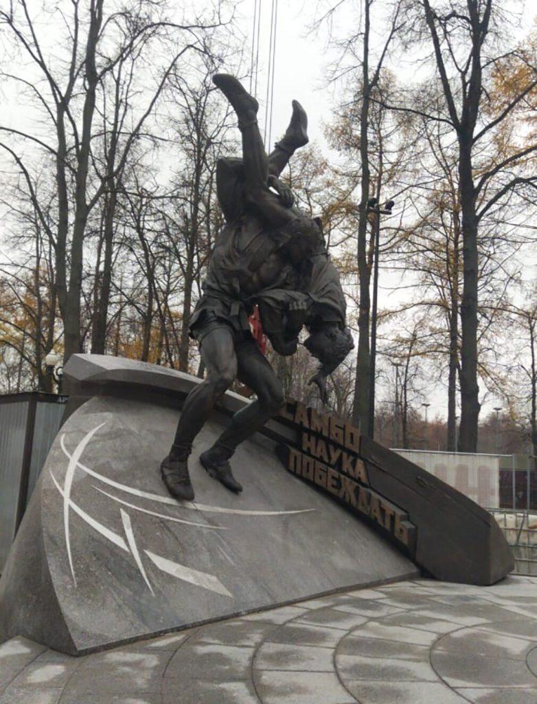 Памятник основоположникам самбо открыли на Аллее Славы в парке «Лужников»