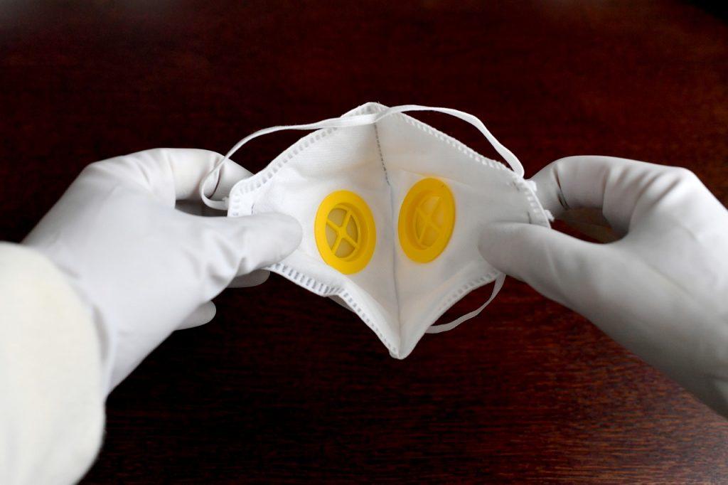 В Норвегии для защиты от COVID-19 рекомендуют надевать на лицо сразу две маски