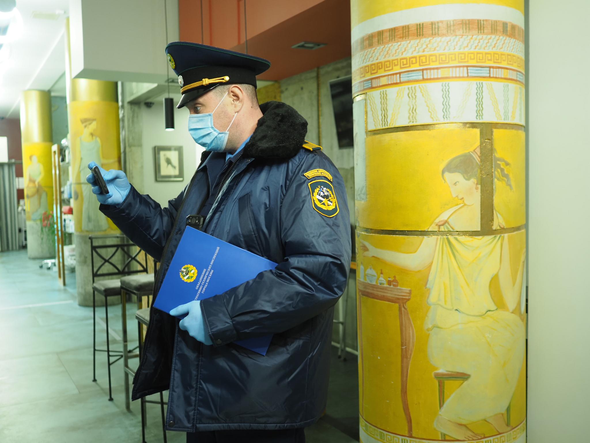 30 ноября 2020 года. Инспектор ОАТИ Сергей Михайлов проверяет танцшколу. Фото: Антон Гердо, Вечерняя Москва
