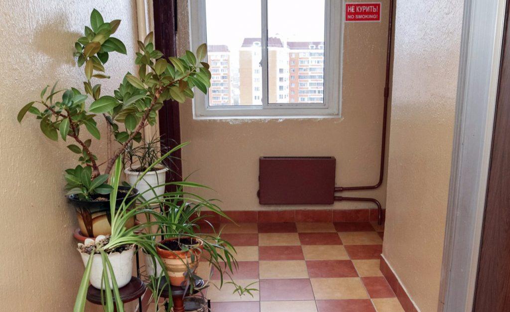 Косметический ремонт сделали почти в 90 подъездах домов Мещанского района за 2020 год