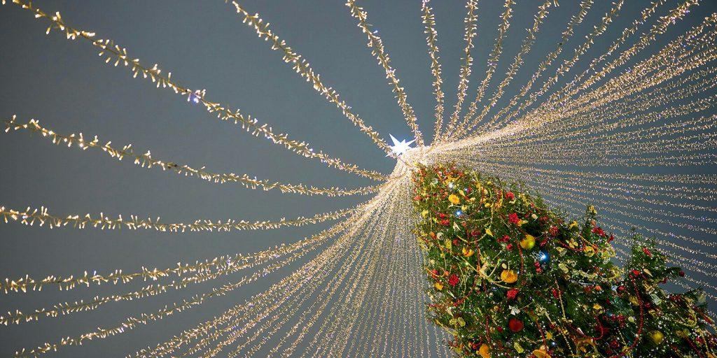 Новогоднюю ель с символикой московского транспорта установят в Лаврушинском переулке. Фото: сайт мэра Москвы