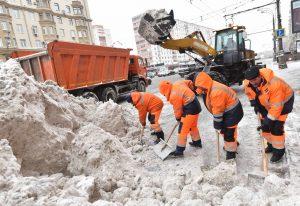 Работы ведутся на дорогах и не только. Фото: Владимир Новиков