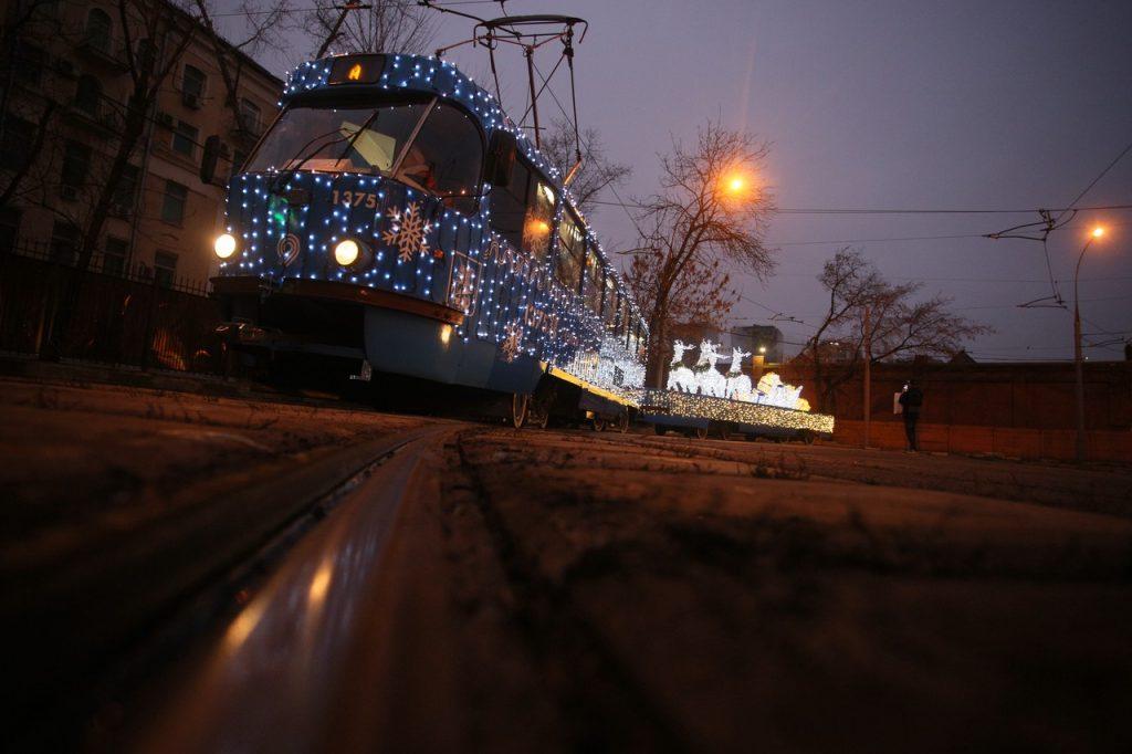 Украшенный к Новому году транспорт продолжить курсировать до весны