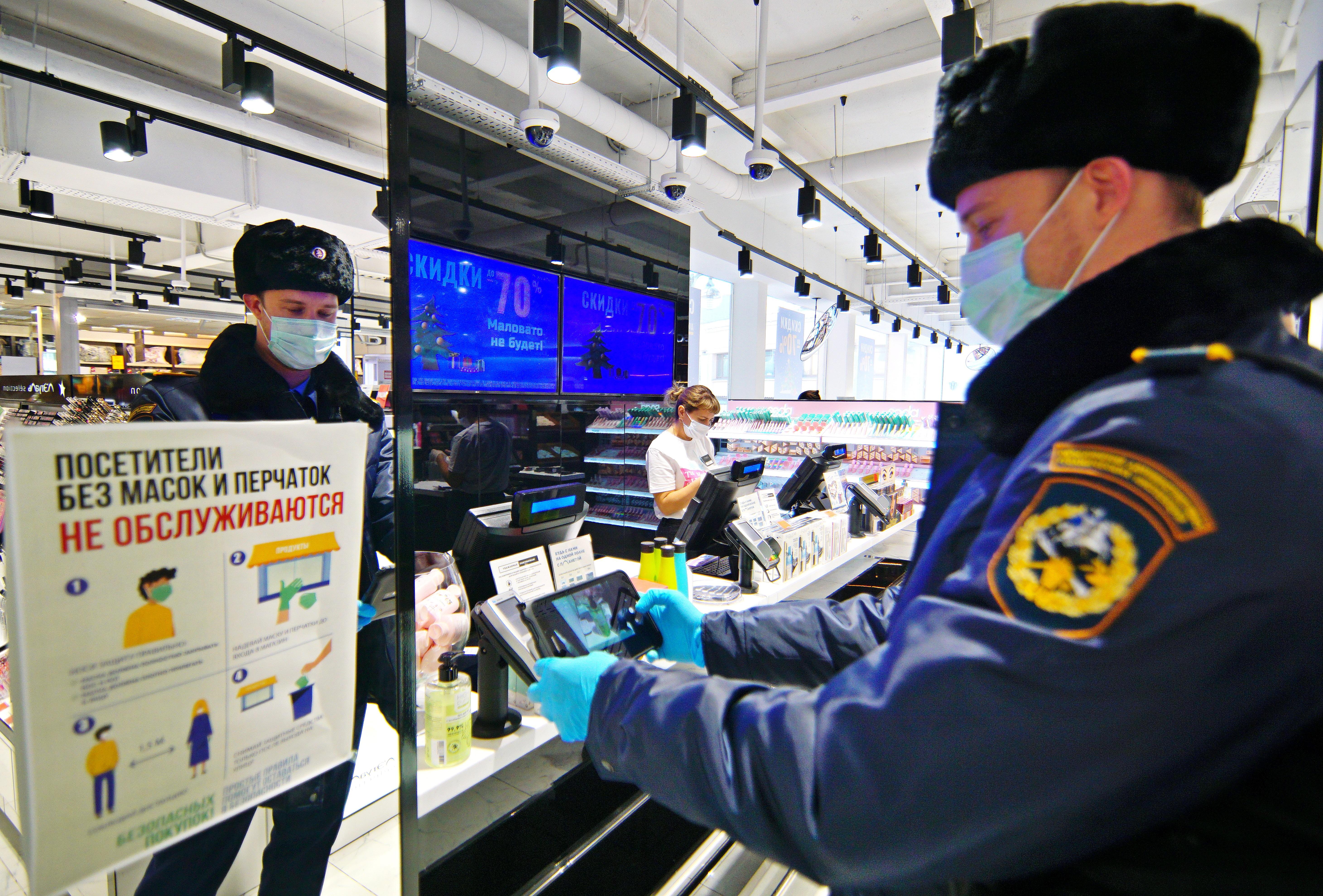 28 декабря 2020 года. Инспектор ОАТИ Антон Голубев проверяет соблюдение противоэпидемических мер в торговом центре. Фото: Антон Гердо, «Вечерняя Москва»