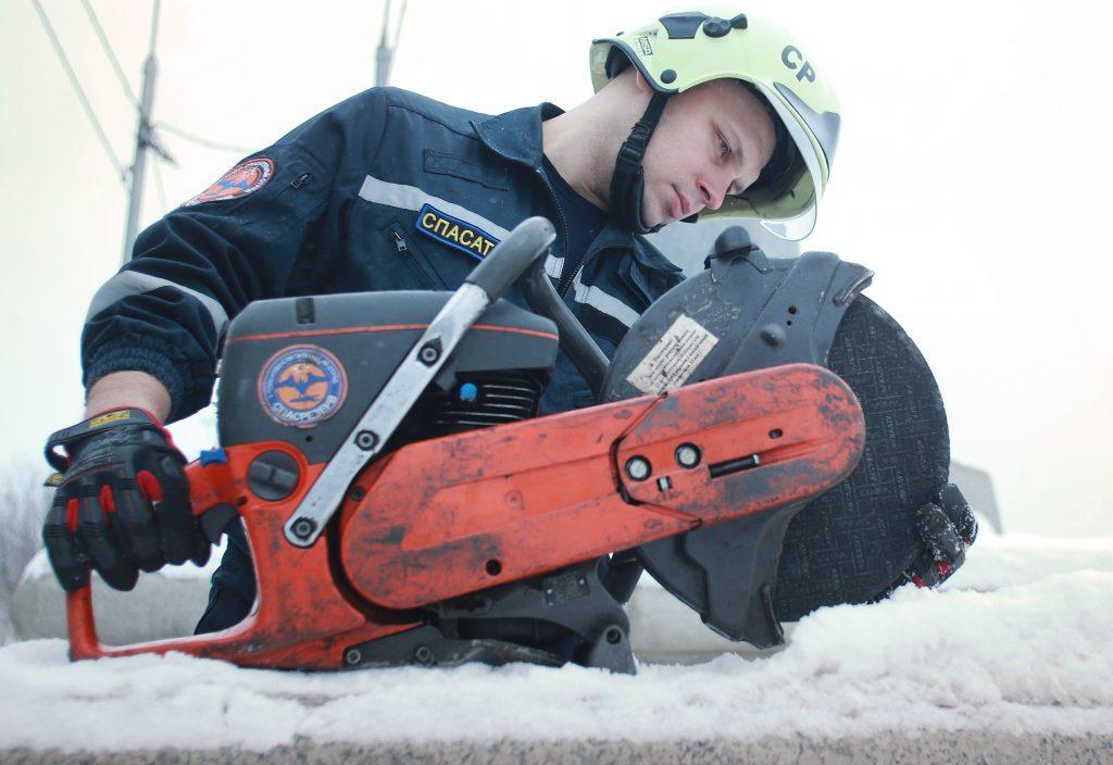 9 января 2021 года. Добровольцы отряда «СпасРезерв» проверяют оборудование перед сменой: Матвей Иванов. Фото: Наталия Нечаева