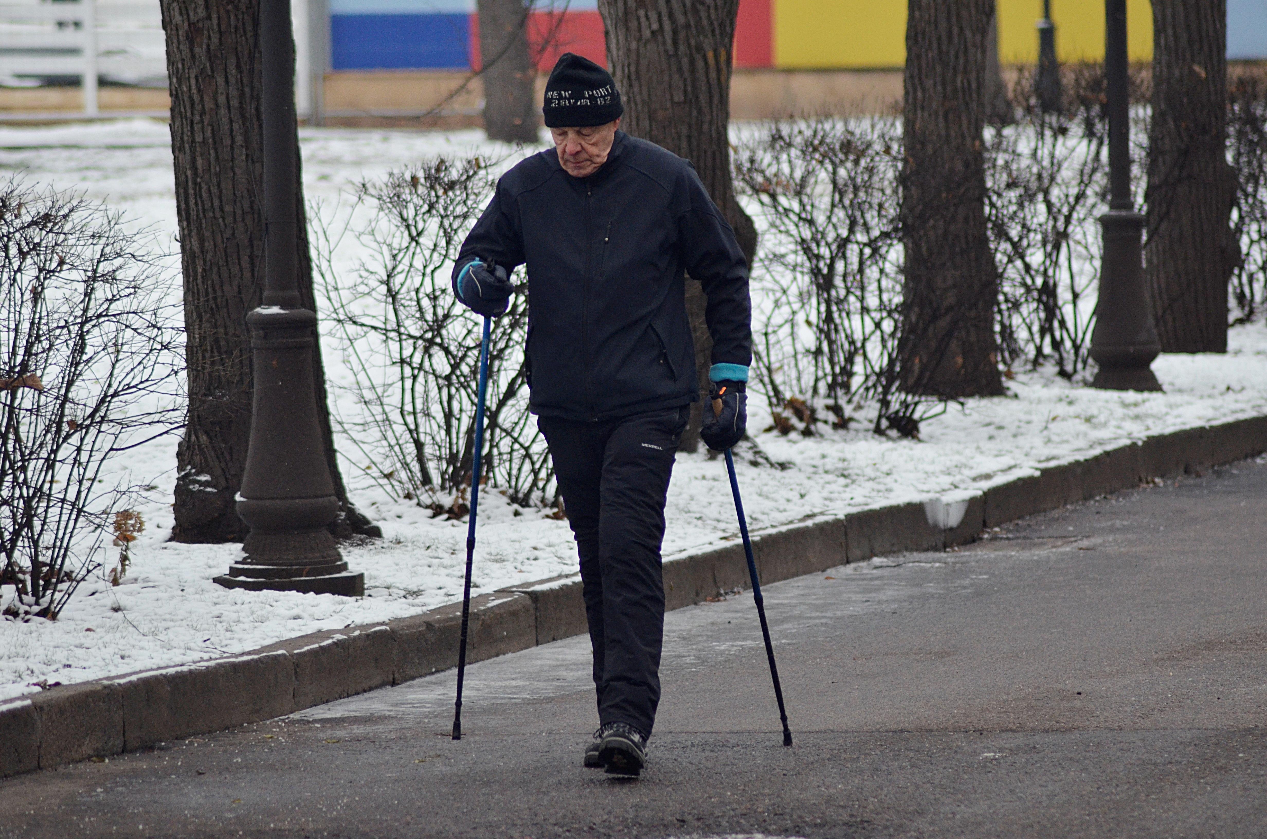 Тренировка по скандинавской ходьбе состоится на сайте Центра по работе с населением. Фото: Анна Быкова