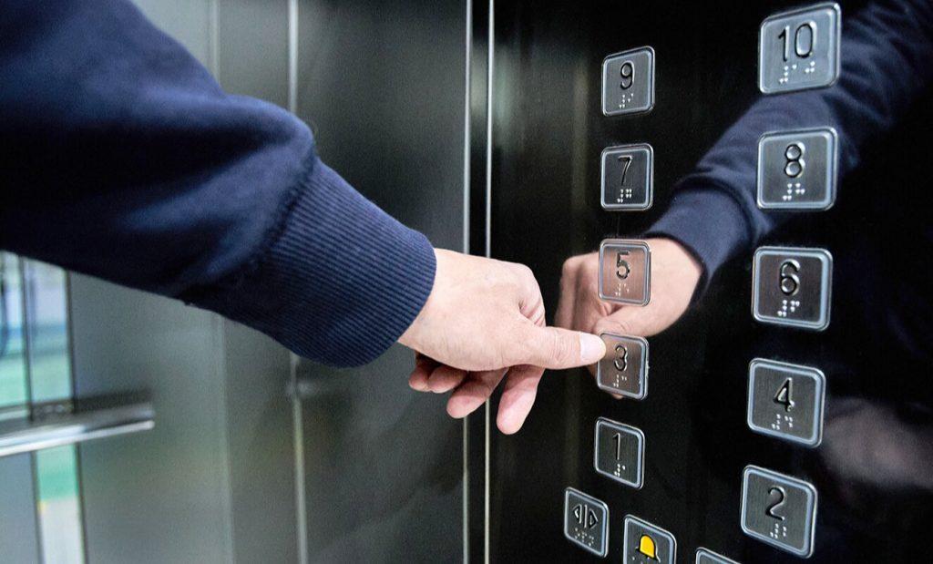 Более десяти пассажирских лифтов обновили в жилых домах в Красносельском районе за год