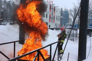 Пожарные показали, как правильно тушить огонь. Фото: Владимир. Смолкав