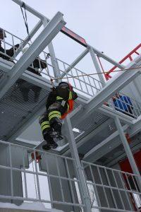 Пожарные показали, как правильно выбираться из горящего здания, а также при его обрушении. Фото: Владимир. Смоляков