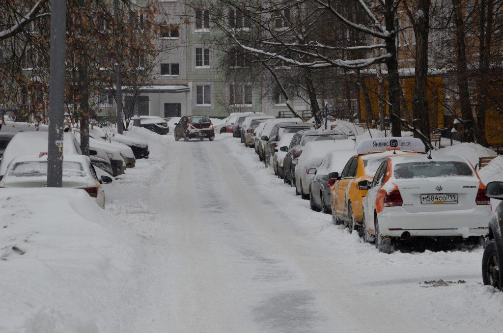 Сотрудники «Жилищника» расчистили парковки от снега в районе Якиманка