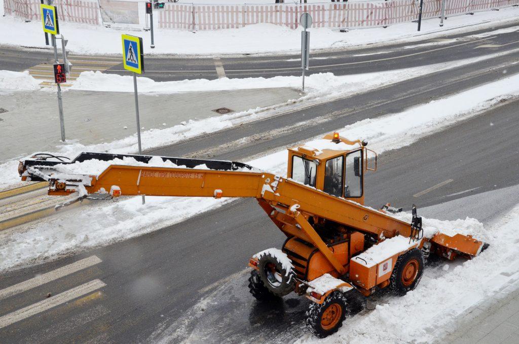 Городские службы продолжат уборку снега в Москве