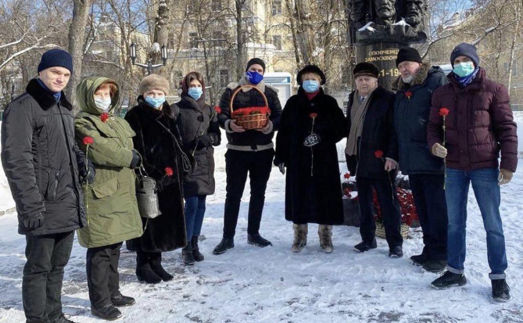 Активисты Молпалаты района Замоскворечье возложили цветы к памятнику в День защитника Отечества
