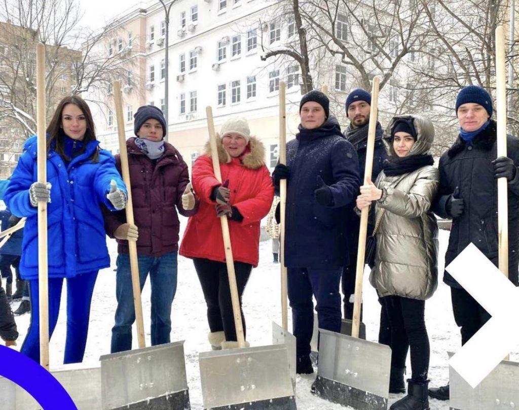 Снежные выходные: активисты Молодежной палаты Замоскворечья приняли участие в субботнике
