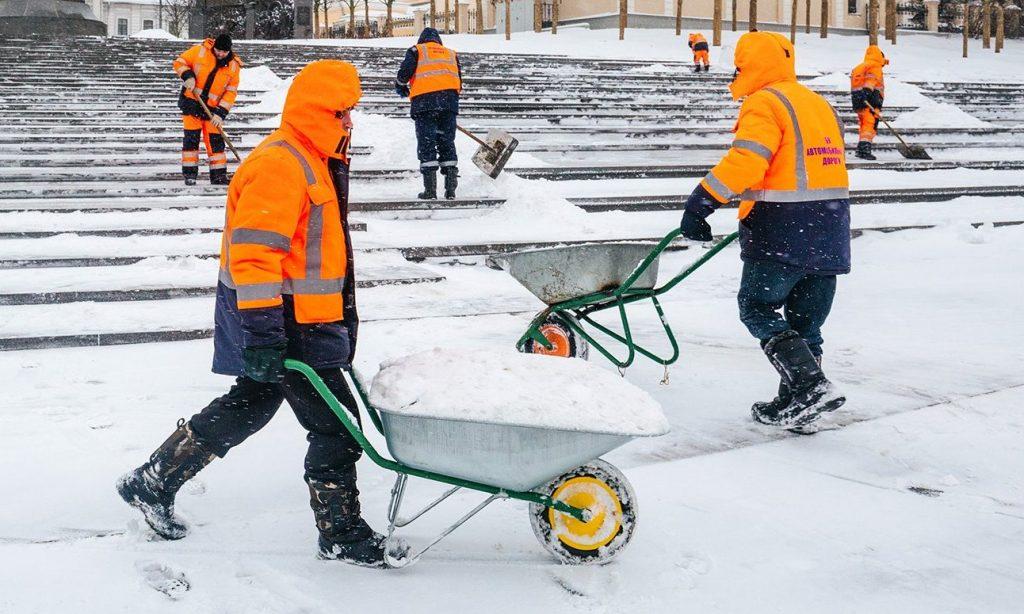 Дороги и пешеходные зоны очистили от снега в Тверском районе