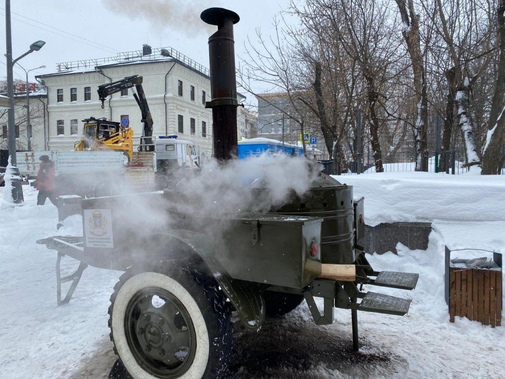 Полевые кухни и автобусы для обогрева коммунальщиков, убирающих  снег , разместили во всех районах ЦАО. Фото: пресс-служба префектуры ЦАО
