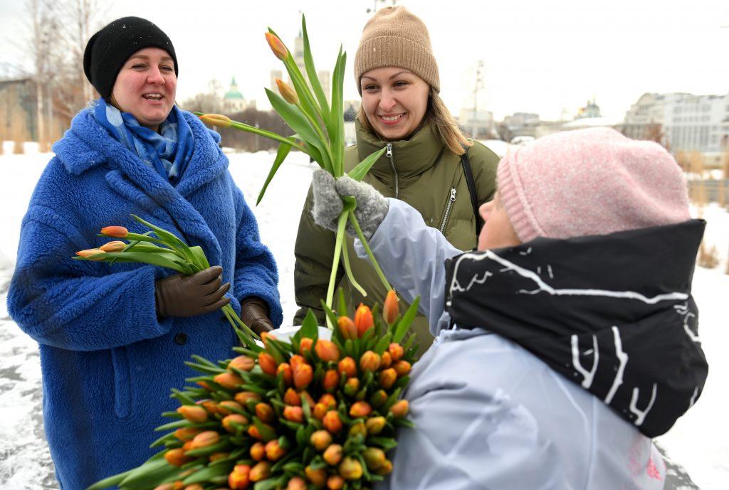 Москвичкам подарили букеты тюльпанов