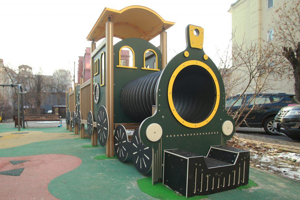 Резиновое покрытие на детских площадках обновили в Тверском районе