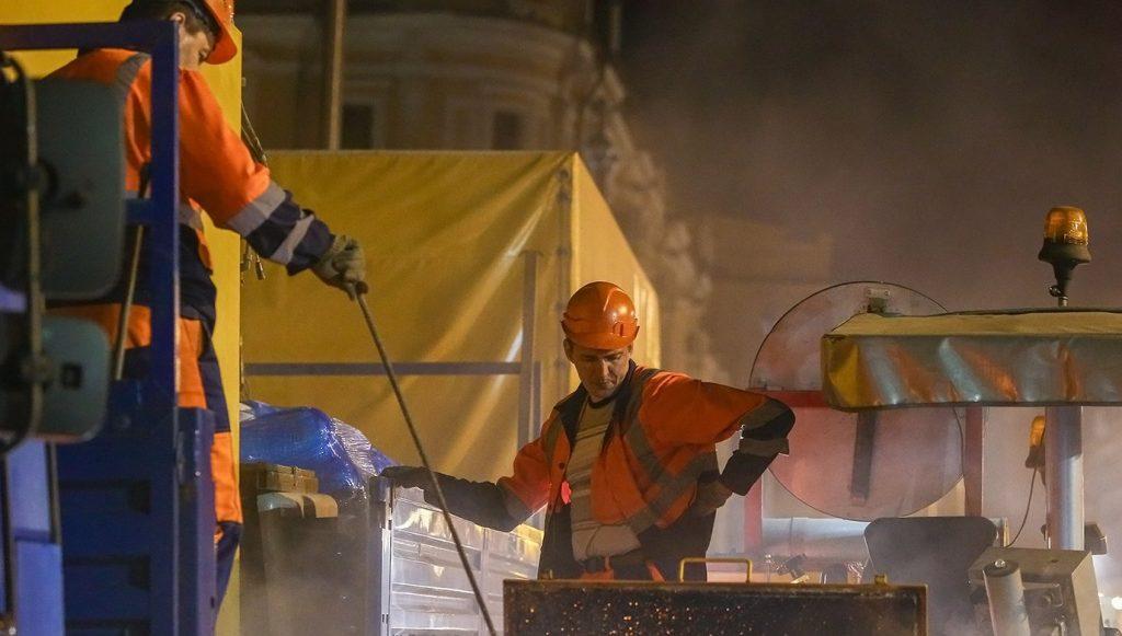 Сотрудники «Жилищника» устранили ямы на одной из улиц в Тверском районе. Фото: сайт мэра Москвы