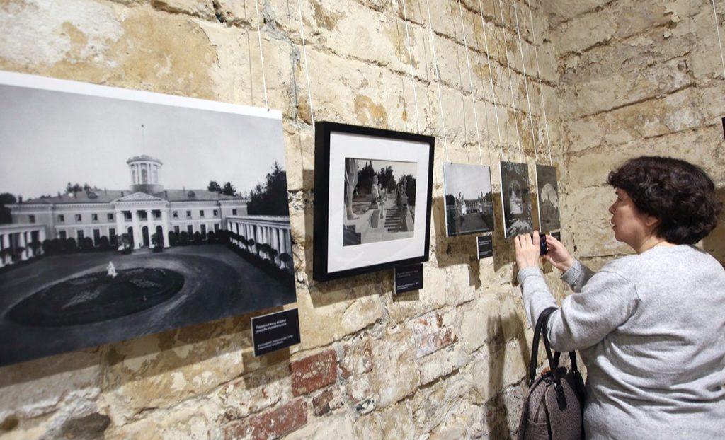 Выставка «Цветные осколки империи» стартовала в районе Арбат