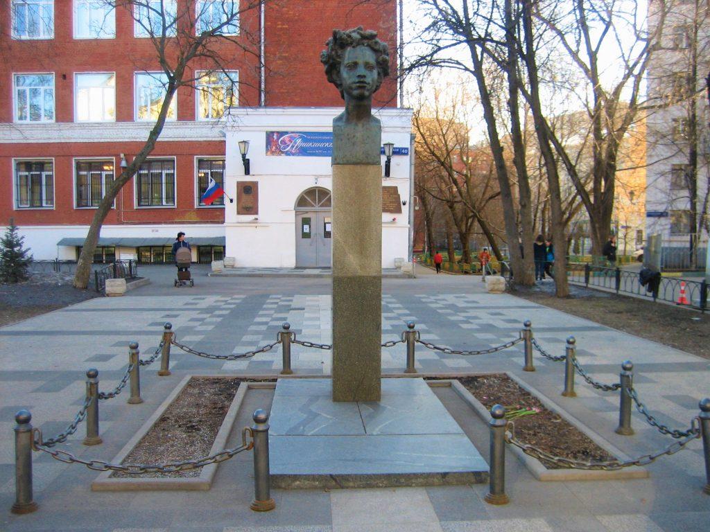 Бюст Пушкина на Бауманской улице отреставрируют. Фото предоставили в пресс-службе Мосгорнаследия