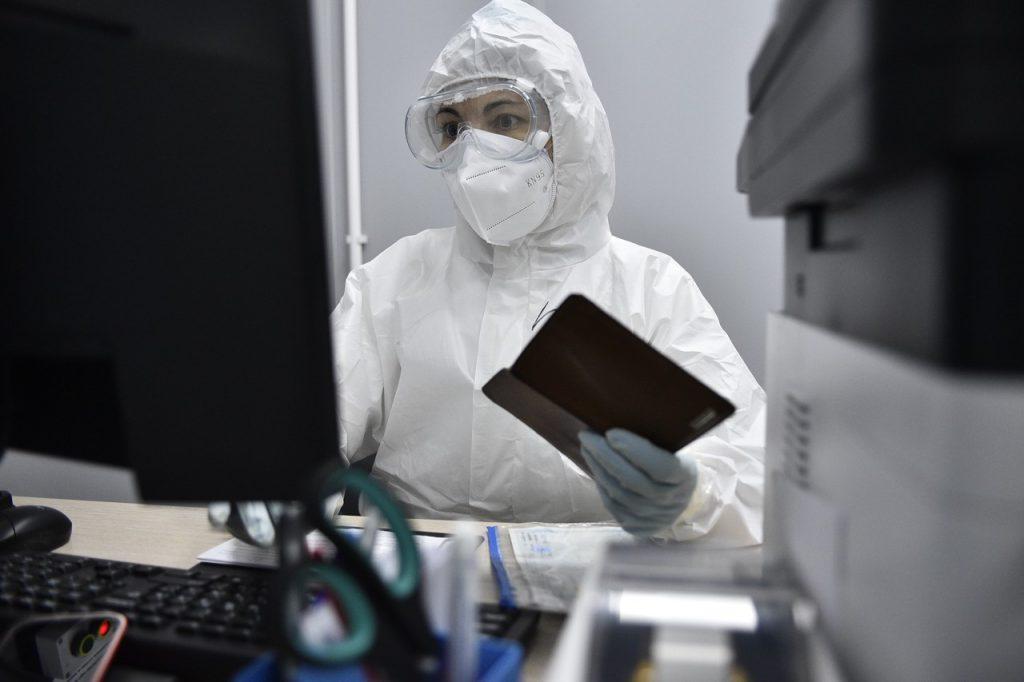 Новыми носителями коронавируса в Москве стали две тысячи человек