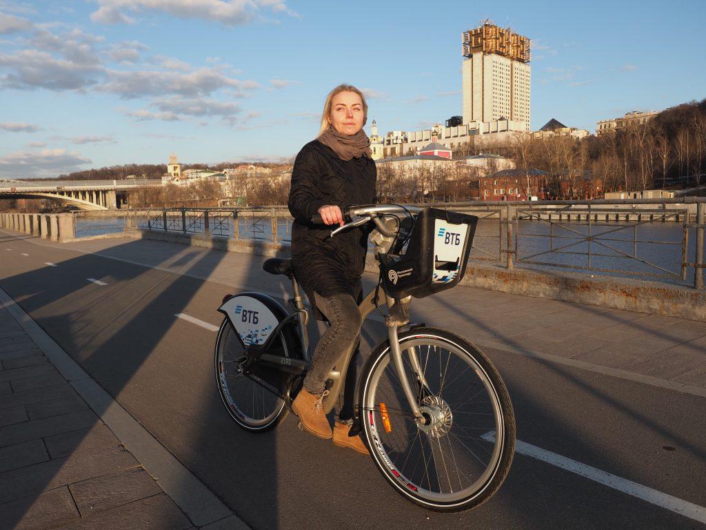 Москвичка Надежда Егорова взяла напрокат велосипед. Она предпочитает ездить по набережным ЦАО. Фото: Антон Гердо, «Вечерняя Москва»
