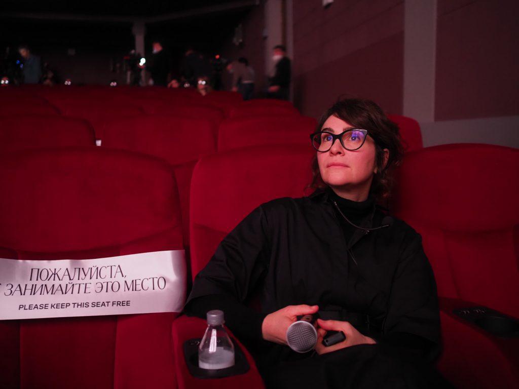 Дарья Парамонова, гендиректор компании, принимавшей участие в восстановлении кинотеатра, рассматривает новый зал