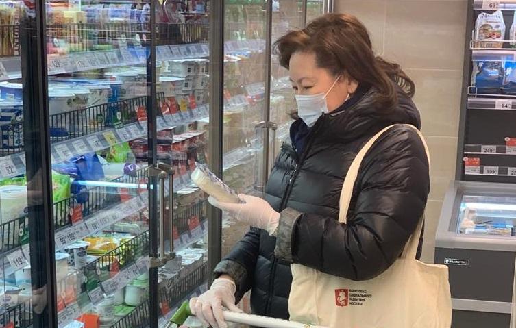 Специалист ТЦСО «Арбат» Деляш Имкинова выбирает молочные продукты для своей подопечной. Фото: ТЦСО «Арбат»