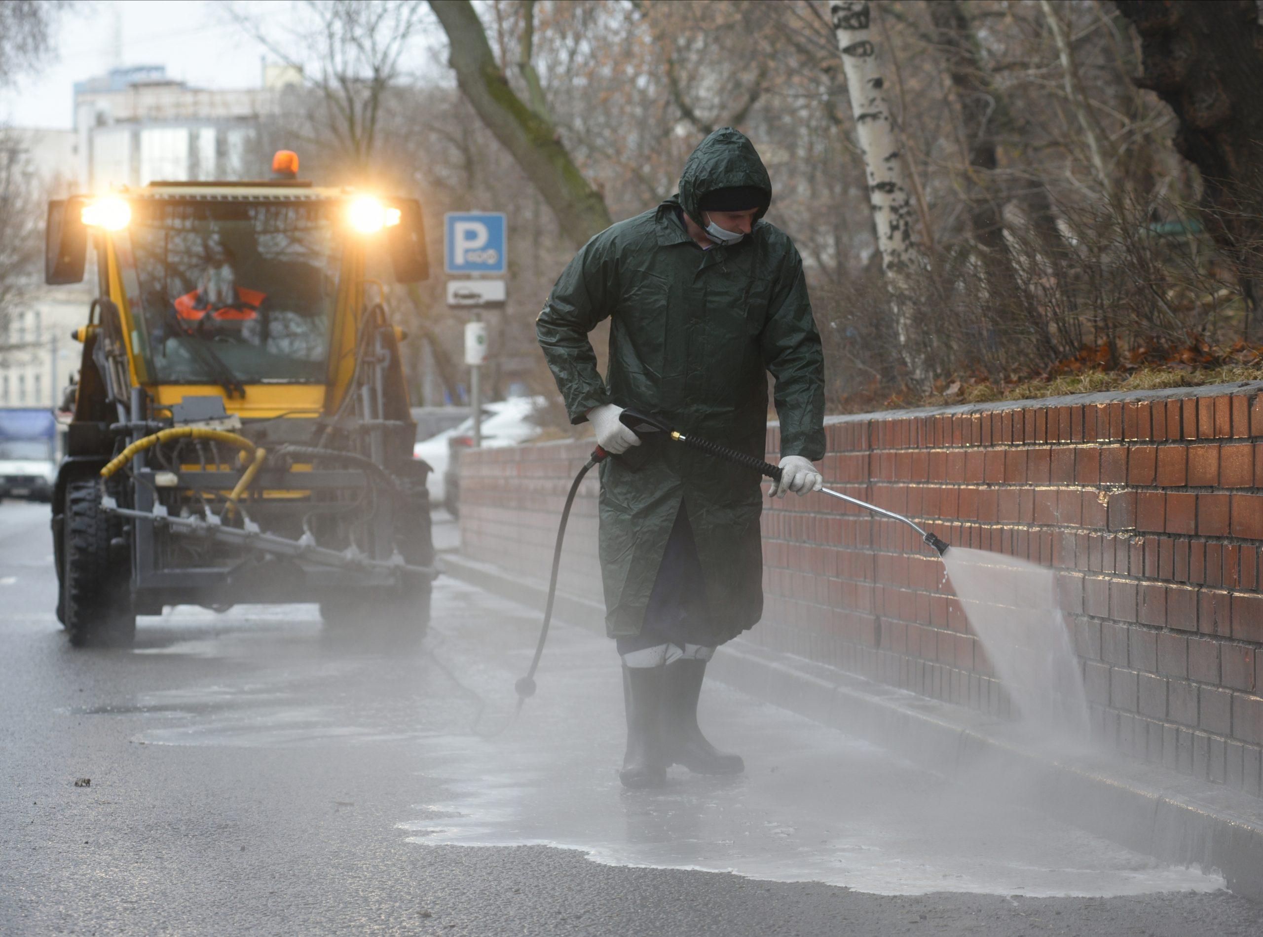 Работник ГБУ «Жилищник Мещанского района» Евгений Бочаров промывает мостовую. Фото: Александр Кожохин