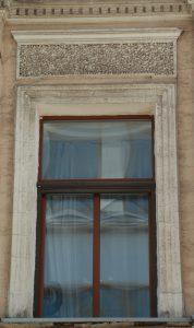 Фрагмент отделки фасада — руст, имитация необработанного камня