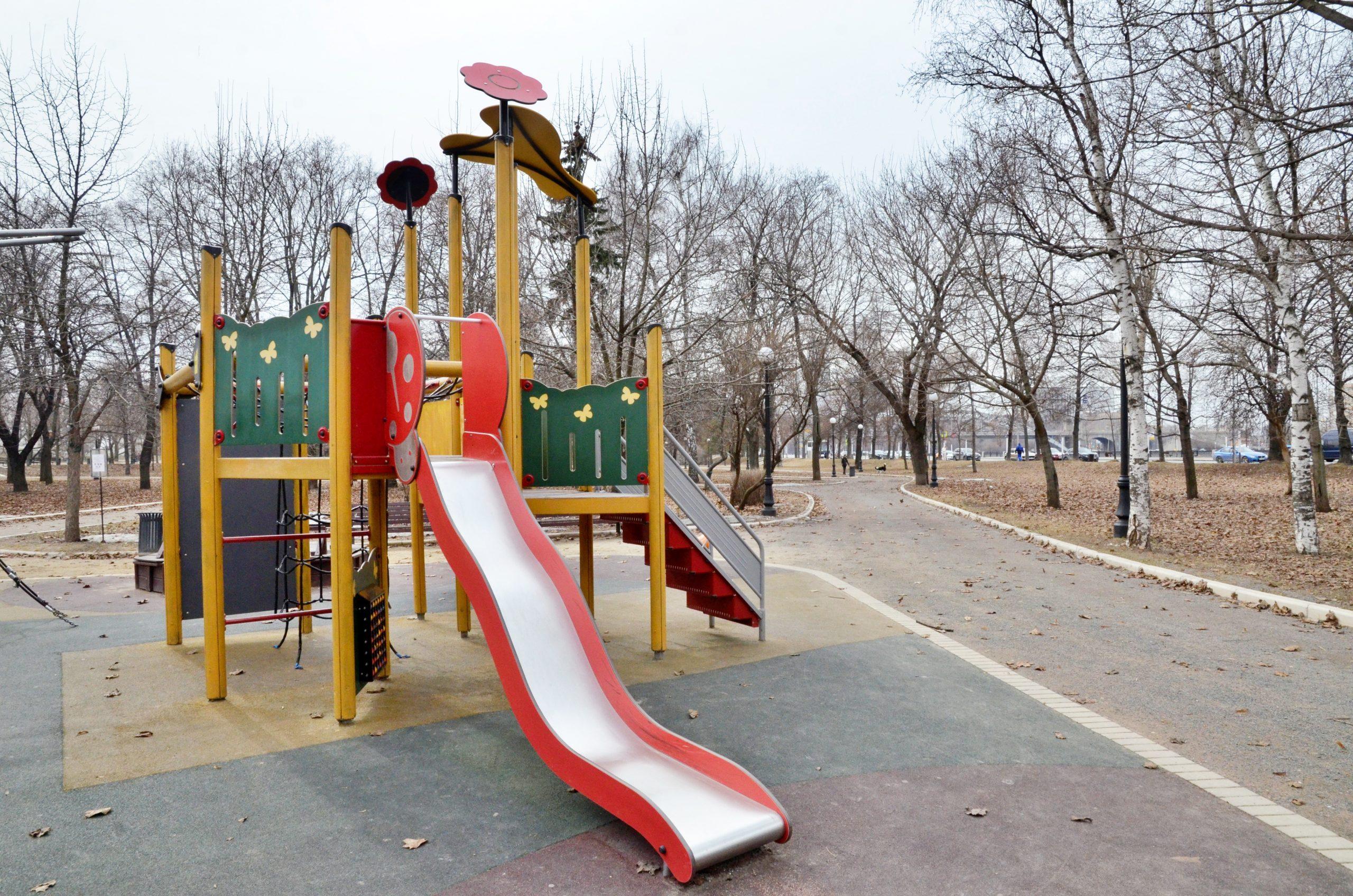 Покраску малых архитектурных форм по некоторым адресам в Замоскворечье скоро завершат. Фото: Анна Быкова