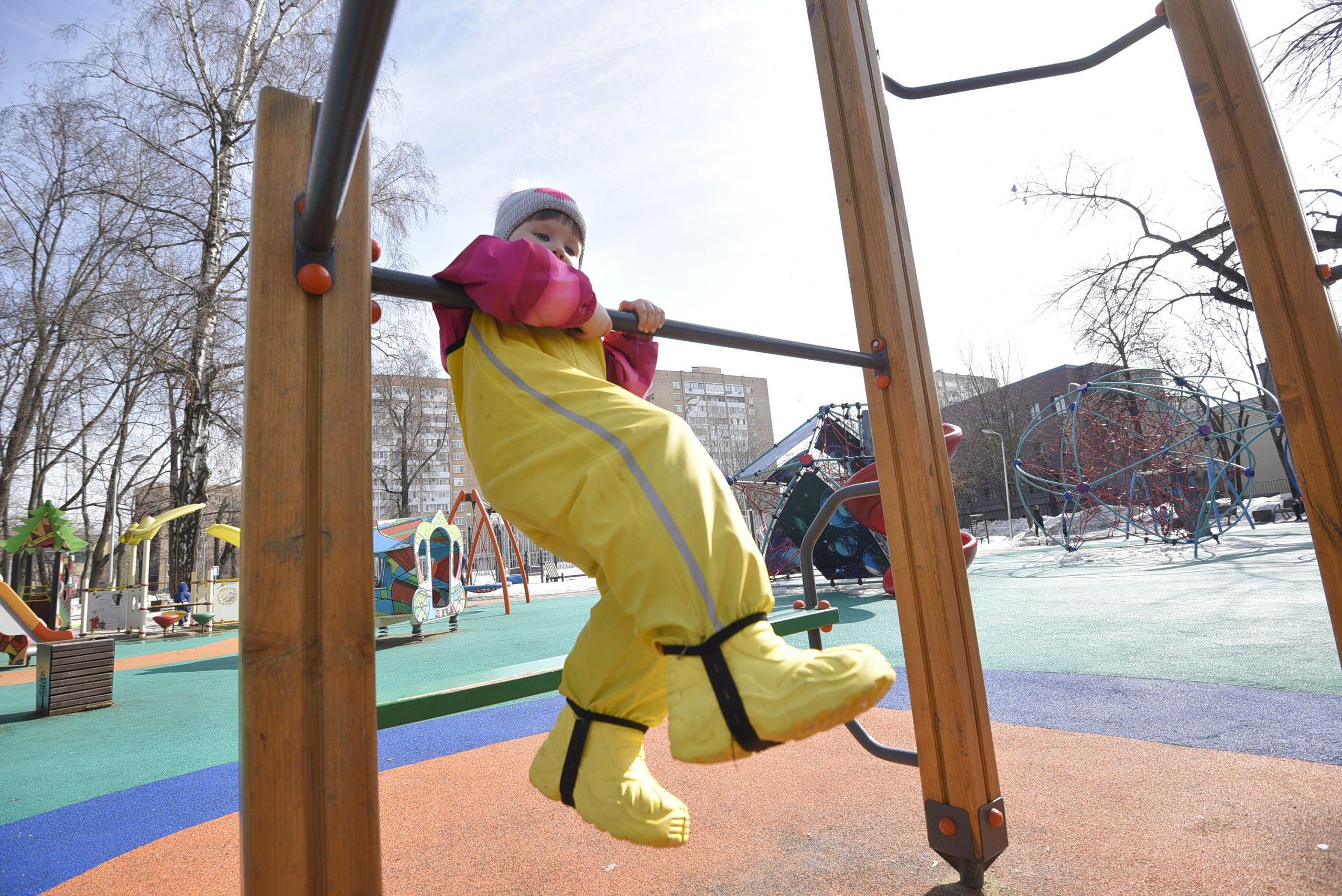 Элементы детских площадок в Красносельском районе начали окрашивать. Фото: Пелагия Замятина, «Вечерняя Москва»