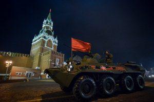Механики-водители отработают слаженный выезд на Красную площадь. Фото: Александр Казаков