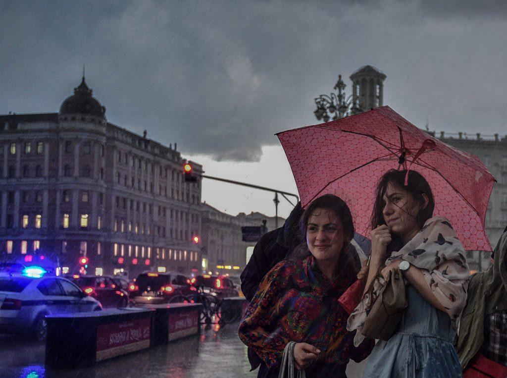 Московских рестораторов призвали закрыть летние веранды из-за грозы