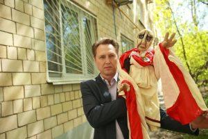 АктерИгорь Климов «управляет» своим кукольным персонажем — ПонтиемПилатом из спектакля «Булгаков. Куклы». Фото: Наталия Нечаева
