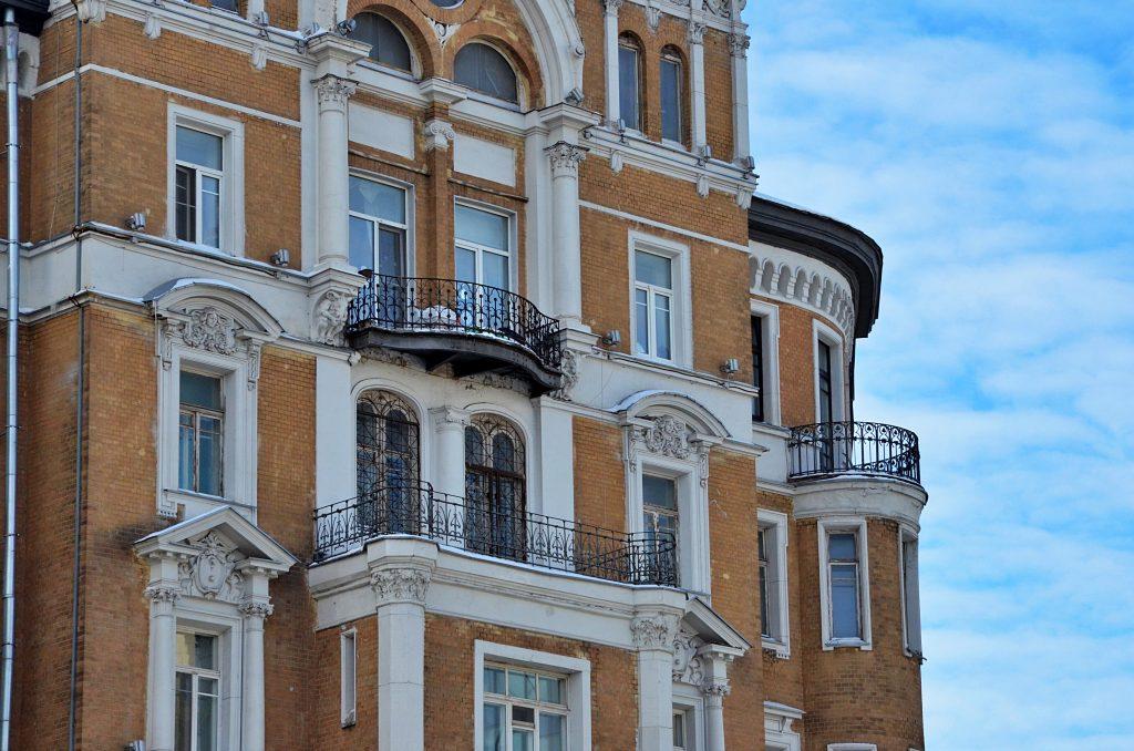 Подъезды жилых домов отремонтировали в Хамовниках