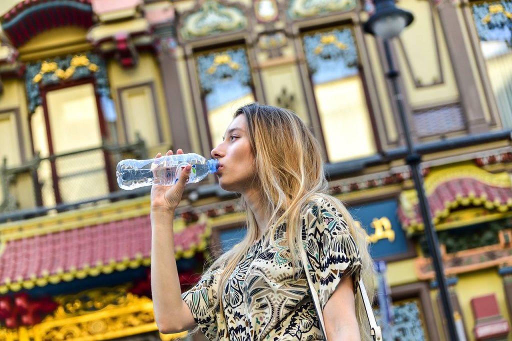 Пассажирам метро и МЦК раздали пять тысяч бутылок с водой