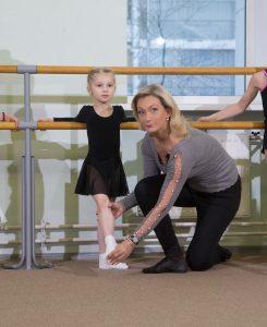 Заслуженная артистка России, балерина, главный хореограф «Москомспорта» и директоршкол Олимпийского резерваИнна Гинкевич (1) занимается у станка с ученицей (2). Фото из личного архива