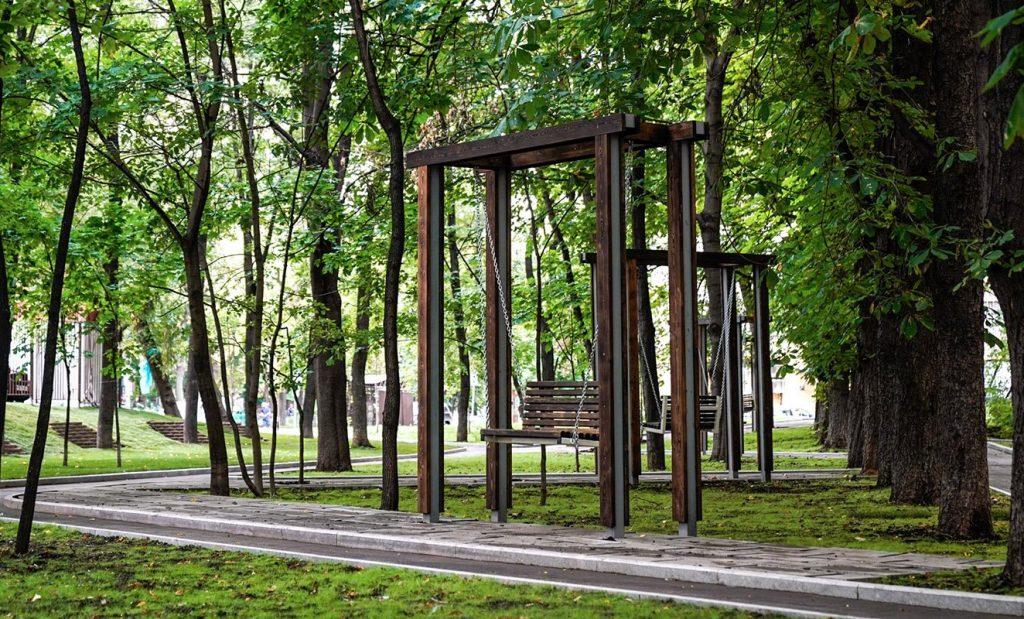 Качели и зона для променада появятся на территории Репинского сквера