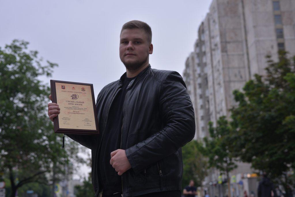 13 июня 2021 года. Студент Александр Фетисов показывает награду, которую он получил на окружном конкурсе. Фото: Анна Малакмадзе, «Вечерняя Москва»