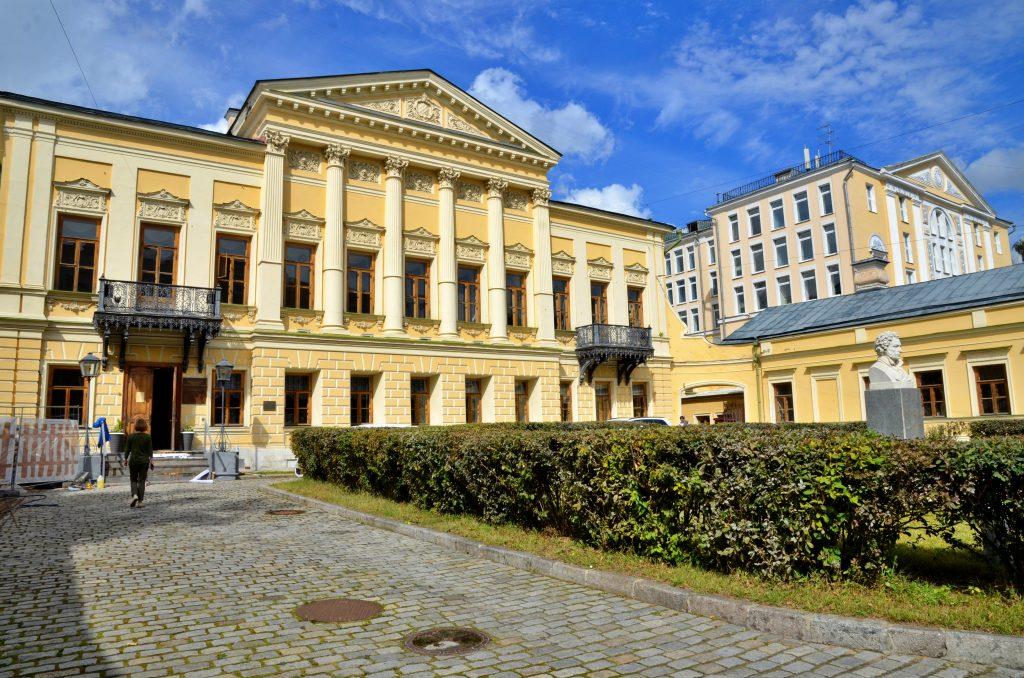 Пастернак и Михалков: поэтический перформанс состоялся в Пушкинской библиотеке. Фото: Анна Быкова