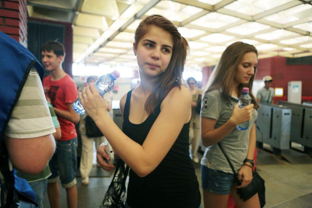 Жители Москвы могут бесплатно получить воду на станциях метро и МЦК