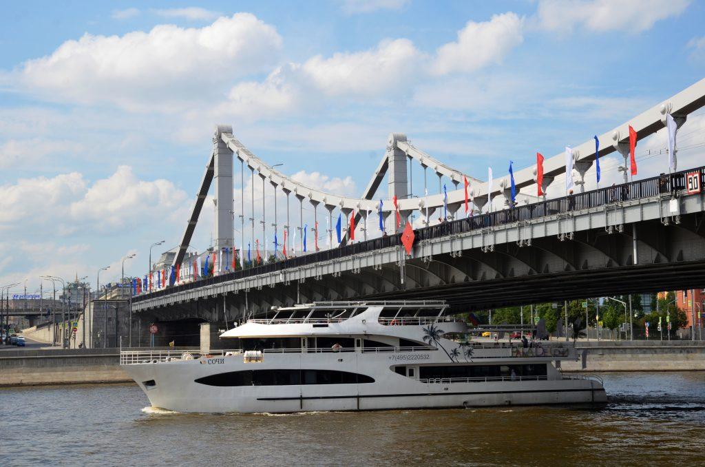 Свыше 1,2 тысячи флагов установили в Москве ко Дню России